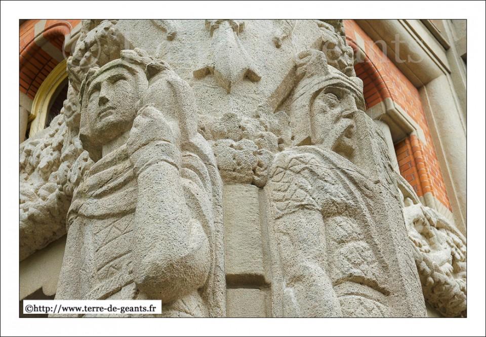 Les Géants de pierre Lyderic et Phinaert (pied du beffroi de la mairie de Lille) attendent la sortie de leurs frères d'osier