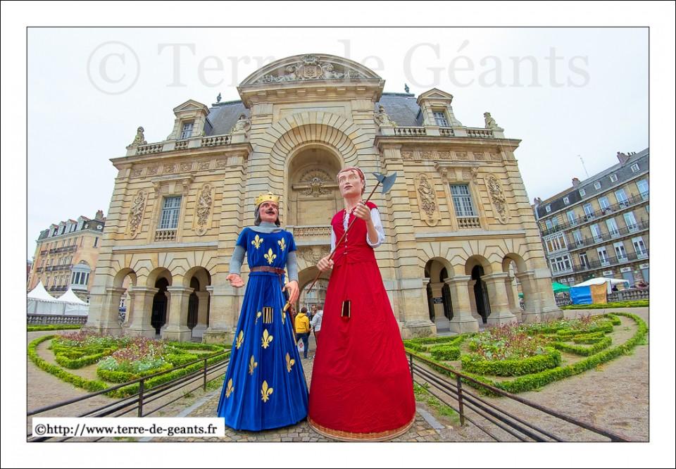 Philippe -Auguste (Bouvines ) et Jeanne Maillotte (Quartier du Vieux-Lille), ici en exposition devant la Porte de Paris, accompagneront leurs grands frères Lyderic et Phinaert lors du cortège du 19 septembre 2015