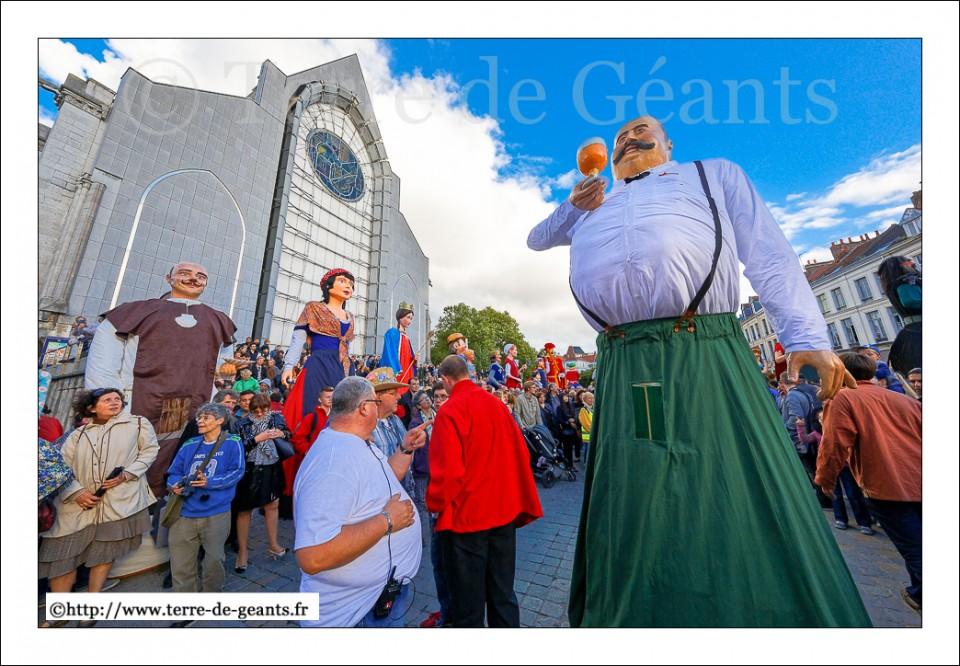 Une haie de Géants acceulli Ronny le poète bièroloque à sur le parvis de la cathédrale Notre-Dame de la Treille